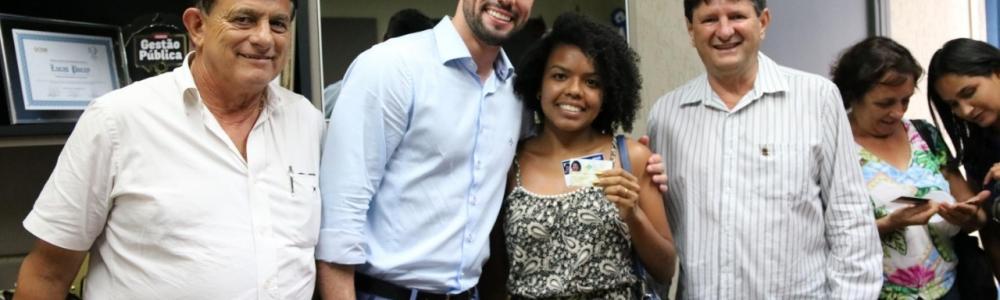 Prefeito Lucas Pocay se reúne com artesãs e entrega carteirinha de registro profissional